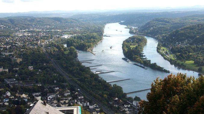 Vue du Mont Drachenfels sur le Rhin et l'ile de Nonnenwerth, Siebengebirge, Königswinter